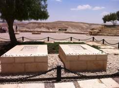 Grab Ben Gurions und seiner Ehefrau am Rande der Negev-Wüste